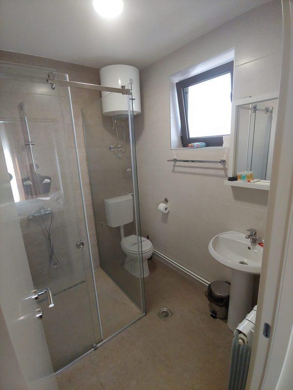 Tank smeštaj - Soba 2 - kupatilo i toalet